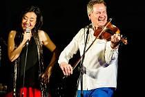 Zakladatelka songfestu Feng-yűn Song s Martinem Zbrožkem, který bude plzeňský večer moderovat