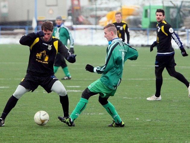 V úvodním kole zimního turnaje na Senku jasně přehráli fotbalisté Lhoty (hráč vlevo) mužstvo Chlumčan