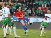 David Limberský z Viktorie Plzeň (v červeném) posílá míč mezi jabloneckými obránci.