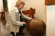 Při rekonstrukci mlýnské strouhy v Plzni našli pracovníci půlmetrovou dělovou kouli z dob husitů