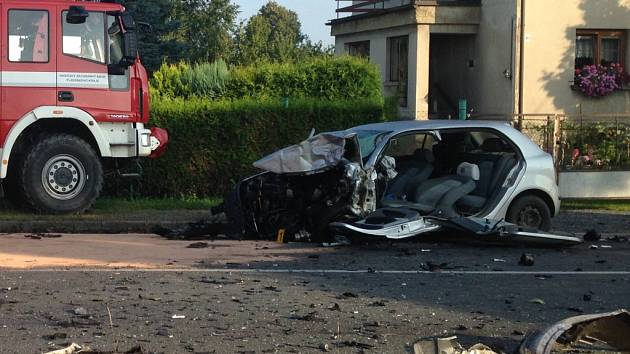 Nehoda osobního auta a autobusu v Líních