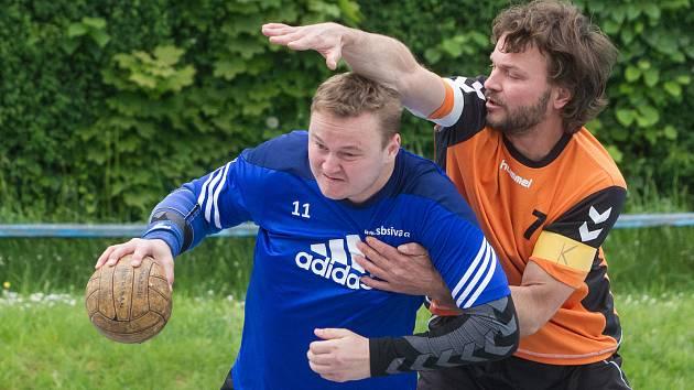 Národní házenkáři Nezvěstic (na archivním snímku hráč v oranžovém dresu) porazili vedoucí Přeštice a stáhli manko na první místo na tabulky na pouhé tři body.