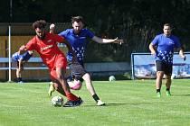 Bruno Cambolo (v červeném) si kryje míč před soupeřem ze Škody Transportation.