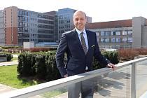 Ředitel Fakultní nemocnice Plzeň Václav Šimánek v lochotínském nemocničním areálu.