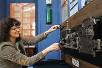 Radka Süssová ukazuje funkční model parního stroje - učební pomůcku pro žáky dopravních škol a pro školení zaměstnanců dráhy. Klikou si může zatočit každý.