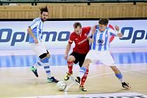 Opora Interobalu Plzeň Tomáš Vnuk (vlevo) nesmí hrát v Chrudimi kvůli karetnímu trestu.