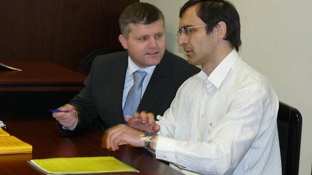Martin Chvátal (vpravo) se svým obhájcem