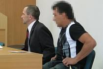 Obžalovaného muže doprovázel k soudu plzeňský advokát Jiří Vlasák (v pozadí)