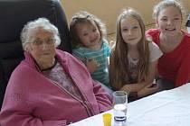 Stoletá Růžena Sinkulová se třemi prapravnučkami, vpravo dole pak její vítaní narozeninoví hosté