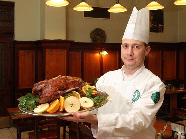 Náš snímek pochází z plzeňské restaurace U Salzmannů, kde na přípravu dozlatova pečených, křupavých a voňavých hus dohlíží šéfkuchař Martin Kotek