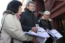 Petiční výbor zastupovali (zprava) starosta Netunic Petr Mašek a kastelán zámku Nebílovy Milan Fiala. Na snímku s architektkou Jarmilou Otčenáškovou, která protest podporuje