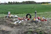 Z pětice v autě přežil jen malý Lukášek (v mámině náručí). Zatím mají jen pomníček u kolejí. Až to půjde, příbuzní je chtějí pohřbít všechny najednou.