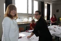Maturantka Kristýna Skalová (vpravo) měla při losování otázky z češtiny šťastnou ruku. Vytáhla si dobrou otázku a vyprávěla o Gogolově Revizorovi.