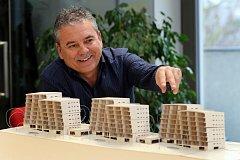Šéf architektonického studia Ave architekt Václav Ulč s modelem vznikající rezidence Mlýnská strouha.