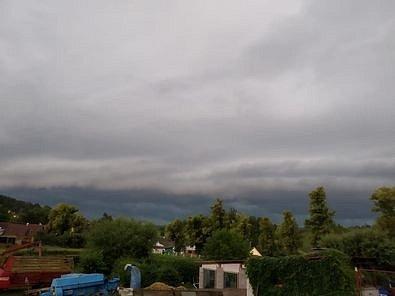 Pohled z Obytc směr Nýrsko. Přicházející shelf cloud.