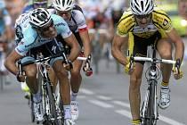 Takhle těsný byl souboj  Františka Raboně (vlevo) s Milanem Kadlecem ve finiši mistrovského závodu