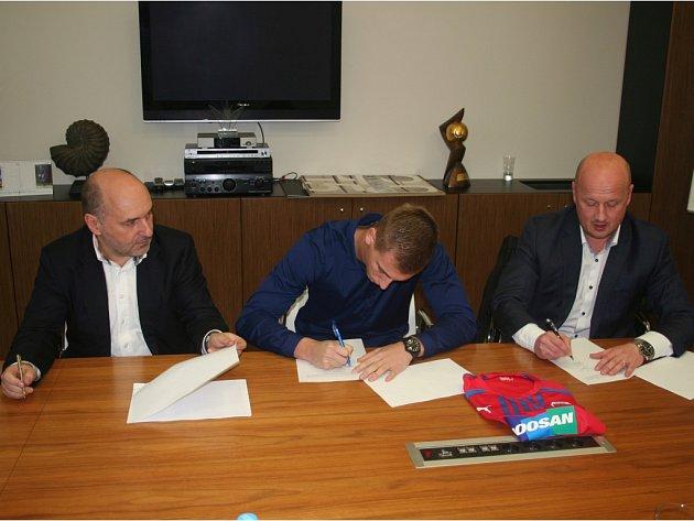 Jan Baránek při podpisu smlouvy