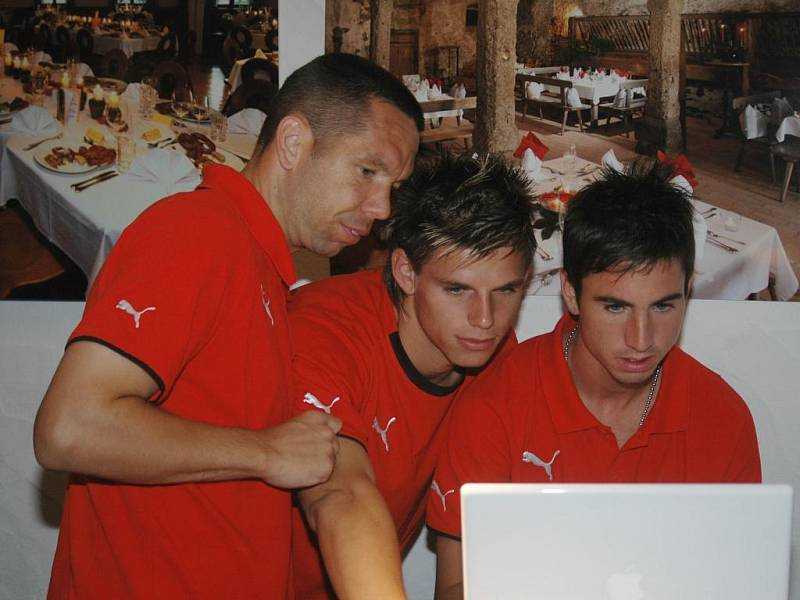 Pavel Horváth, Ondřej Vrzal a Milan Petržela (zleva) trávili volný čas u počítače