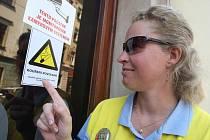 Městská strážnice kontroluje vylepení nálepky informující o tom, že v restauraci je kouření povoleno