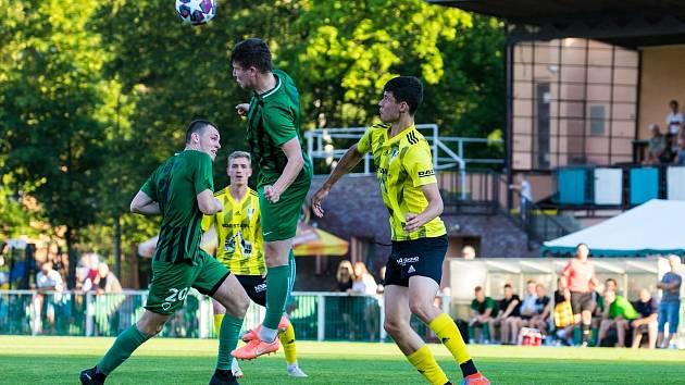 Fotbalisté FC Rokycany (zelené dresy) přehráli Přeštice 4:1.