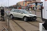 Osobní auto projelo skrz zastávku a skončilo v kolejišti