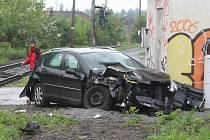 Nehoda auta a osobního vlaku na přejezdu ve Vinohradské ulici v Plzni