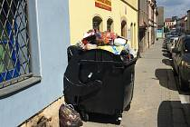 Plné kontejnery v Karlově ulici v Plzni