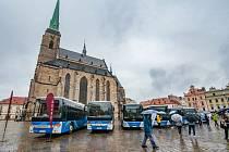 Představení autobusů dopravce Arriva na náměstí Republiky v Plzni.
