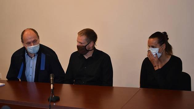 Policista Václav Šmat (30) a jeho žena Lucie (38), městská policistka, s advokátem Rostislavem Netrvalem u soudu v Klatovech.