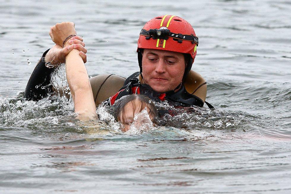 33 - Ukázka zásahu záchrany tonoucího z vody přehrady Hracholusky.
