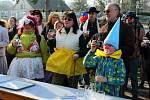 Zhruba stovka lidí se na Silvestra převlékla do cirkusových masek a vyrazila na pětikilometrový pochod.