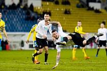 Plzeňský útočník Erik Pačinda zakončuje nůžkami svou šanci v závěru prvního poločasu, brankáře Grigara však nepřekonal a Viktoria nakonec přes drtivou převahu zápas v Teplicích prohrála 1:2.