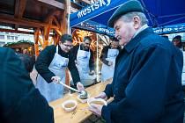 Předvánoční rozlévání gulášové polévky na náměstí Republiky v Plzni.