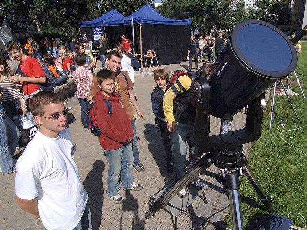 Jednou z atrakcí Vědy a techniky v ulicích města byla expozice hvězdářů. Lákala hlavně školáky.