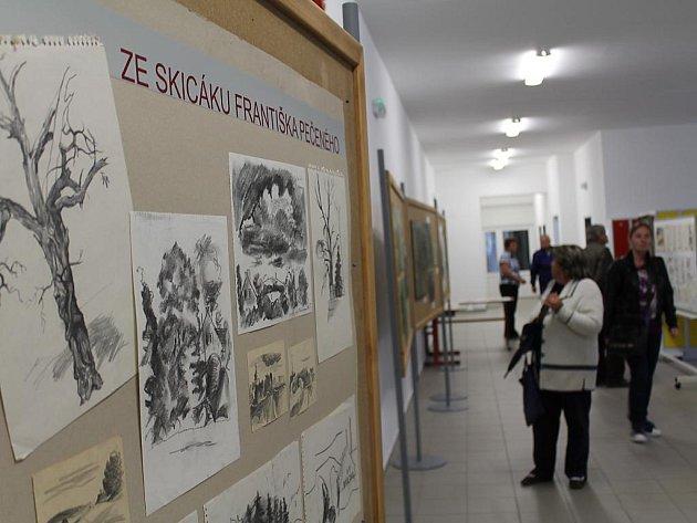 Výstava v základní škole v Heřmanově Huti věnovaná Františku Pečenému