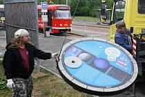 Karel Kyncl ze science centra Techmania (vlevo) při instalaci disku zobrazujícího planetu Neptun. Těleso se bude nacházet na rohu ulic Plaská a Tachovská