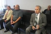 PODNIKATELÉ Jiří Kurtinec, Jaroslav Scharf a Jaroslav Novák (na fotografii zleva) se ani včera rozsudku nedočkali.
