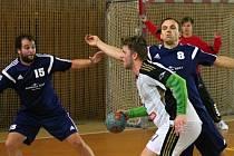 Házenkáři Starého Plzence podlehli na domácím hřišti favorizovaným Strakonicím 18:31 a připsali si na své konto první porážku v prvoligové sezoně. Na snímku z tohoto utkání brání útok soupeře plzenečtí Michal Liška (vpravo) a Tomáš Krosnař (vlevo).