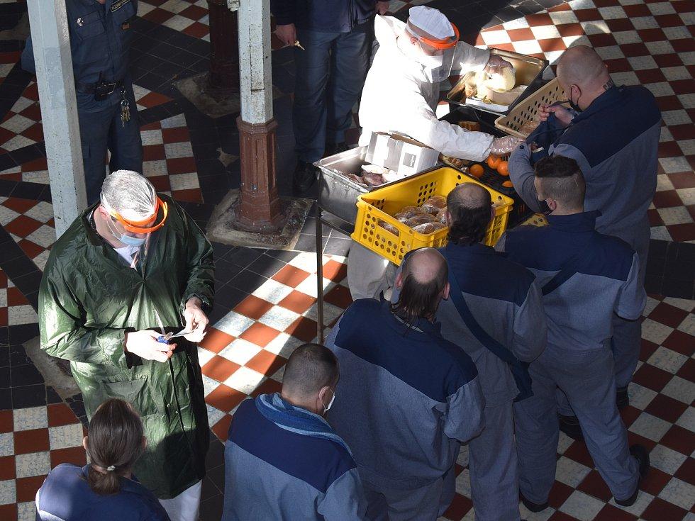 I ve věznici v Plzni na Borech svádí boj s covidem, bez ochrany dýchacích cest se ve společných prostorách nikdo nesmí pohybovat.