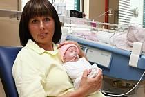Miminko v náručí. Tak často uvidíte Ilonu Kaderkovou, která už pátým rokem pracuje jako chovací asistentka na neonatologickém oddělení Fakultní nemocnice Plzeň.