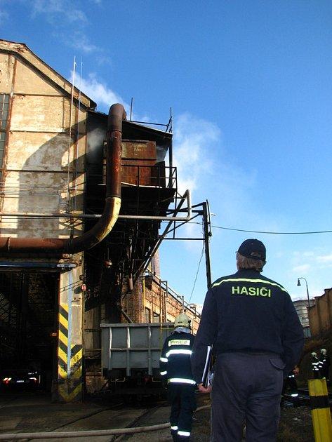 Hasiči kontrolují u haly ocelárny ve škodováckém areálu v Plzni, zda se nerozšiřuje oheň z právě dohašované technologie odlučovače vzduchu a části střechy. Zařízení hořelo včera před polednem.