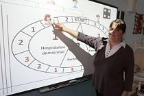 Pavla Sýkorová učí sedmnáctým rokem. Před pěti lety začala vytvářet materiály pro výuku prostřednictvím interaktivní tabule. Letos za svůj materiál na výuku finanční gramotnosti získala ocenění jako nejkreativnější učitelka v Česku