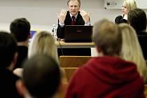 Studenti Západočeské univerzity v Plzni uspořádali konferenci o mezinárodní bezpečnosti, jedním z hostů byl také generál v záloze Jiří Šedivý (na snímku), který mluvil k tématu Konfliktů a zbraním budoucnosti.