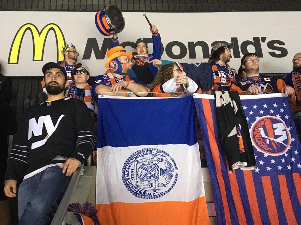 Stejně jako v Evropě se i v NHL starají o atmosféru skalní fandové – na snímku část kotle New York Islanders