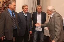 Bývalý trenér volejbalových olympioniků Stanislav Šneberger (vpravo) při rozhovoru s Vladimírem Habrem, Vladimírem Bednářem a Bohuslavem Ebermannem (zleva)