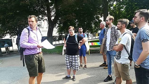 """Lukáš Nozar (vlevo) vypráví při komentované procházce """"Teplá Plzeň prvorepubliková""""."""