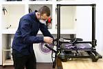 Petr Lupač z Plzně vyrábí ve svém studiu zaměřeném na 3D tisk ochranné pomůcky pro zdravotníky. Ručně zkompletuje několik desítek ochranných plexi štítů denně.