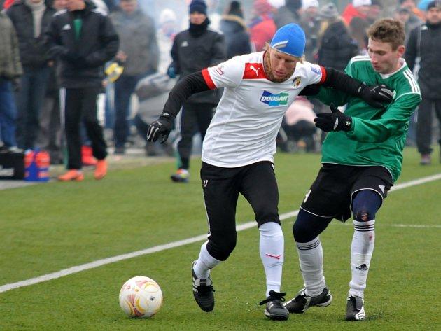 Obránce Viktorie František Rajtoral bojuje se soupeřem v sobotním přípravném utkání v Plzni proti Mostu.