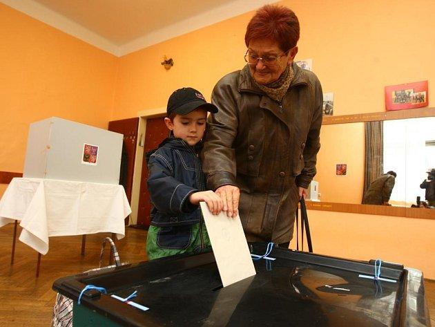Jedny z prvních hlasů ve volební místnosti JAS Slovany