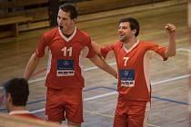 Volejbalisté USK Slavie doma dvakrát pokořili Modřany. Na snímku se radují Jakub Brabec a Jan Ekstein (zleva)